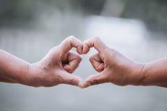 2 более старых женщины делая сердце формируют с руками совместно Стоковые Фото