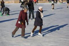 Кататься на коньках льда 2 более старых женщин Стоковое фото RF