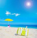 Более холодная сумка на песке в тропическом пляже стоковая фотография