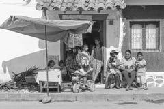 Боливийская семья продавая еду на тротуаре Стоковые Фотографии RF