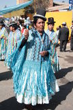 Боливийские женщины танцуют в родных костюмах на параде Стоковая Фотография