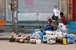 Боливийские овощи надувательства женщин на уличном рынке стоковые фото