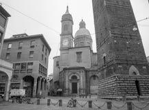 Болонья - башни Torre Asinelli и Torre Garisenda и церковь st. Bartolomeo e Gaetano. Стоковое Изображение RF