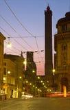 Болонья - башни Torre Asinelli и Torre Garisenda на сумраке от через Rizolli Стоковое фото RF