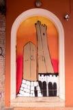 Болонья, дизайн 2 башен покрашенных на старой двери Стоковое Фото