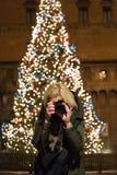 Болонья рождества, турист фотографируя главную площадь стоковое фото rf