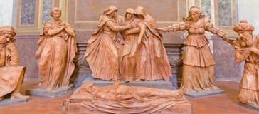Болонья - статуя от скульптурной группы в составе скорба над мертвым Христосом в Dom - St Peters барочный c стоковые фотографии rf