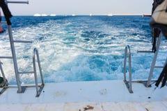 Бодрствование волны ` s корабля в море бирюзы Стоковые Фотографии RF