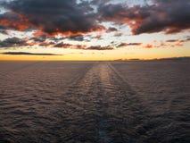 Бодрствование корабля после захода солнца Стоковые Изображения RF
