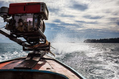 Бодрствование пены воды от двигателя шлюпки длинного хвоста Стоковая Фотография RF