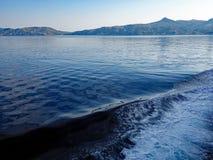 Бодрствование смычка корабля на спокойном голубом море Стоковые Фото