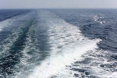 Бодрствование туристического судна на поверхности моря Стоковые Изображения RF