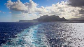 Бодрствование туристического судна с островом Кауаи в расстоянии Стоковое Фото