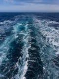 Бодрствование туристического судна стоковая фотография rf