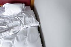 бодрствование утра вверх от белых листов постельных принадлежностей и подушки поднимают белый b Стоковые Фото