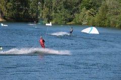 Бодрствовани-пансионеры и вода неба касаются вниз после скачки на парке атракционов воды Cergy, Франции Стоковое фото RF