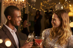 Болтовня пар по мере того как они наслаждаются партией коктеиля совместно Стоковое Фото