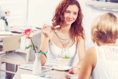 Болтовня друга на кафе Стоковое фото RF