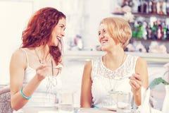 Болтовня друга на кафе Стоковое Изображение RF
