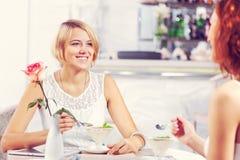 Болтовня друга на кафе Стоковая Фотография RF