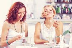 Болтовня друга на кафе Стоковые Изображения