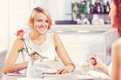 Болтовня друга на кафе Стоковые Фотографии RF