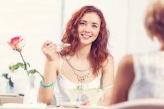 Болтовня друга на кафе Стоковая Фотография