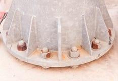 Болты и гайки на базовой платине гальванизированного стального электрического столба Стоковые Изображения RF