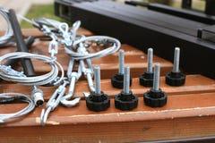 Болты, крепление, веревочка лежа на деревянной скамье Стоковая Фотография RF