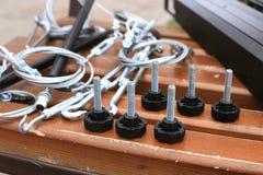 Болты, крепление, веревочка лежа на деревянной скамье Стоковое фото RF