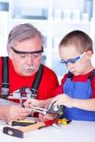 Болт деда и внука измеряя Стоковые Изображения RF