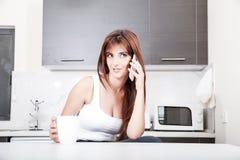 Болтливый в кухне Стоковое фото RF