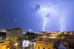 Болт освещения в городе Стоковая Фотография RF