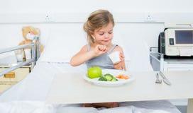 Больная девушка есть здоровую еду в больнице Стоковые Изображения RF