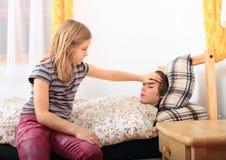 Больная девушка с ее братом Стоковое фото RF