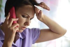 Больная женщина вызывая к доктору стоковая фотография
