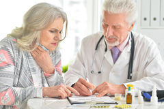 Больная пожилая женщина в офисе ` s доктора Стоковое Изображение
