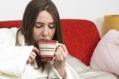 Больная предназначенная для подростков девушка с чашкой чаю Стоковые Изображения RF