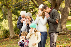 Больная семья дуя их носы Стоковое фото RF