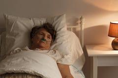 Больная старшая женщина в кровати стоковые фотографии rf
