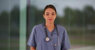 Больница молодого мексиканского интерна женщины стоящая внешняя стоковая фотография