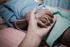 больной и мать мальчика принимают заботят ее сын Стоковые Фотографии RF