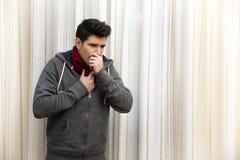 Больной молодой человек при грипп или холод, кашляя крыто стоковая фотография