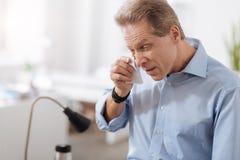 Больной мужск человек сморщивая его лоб Стоковые Фотографии RF