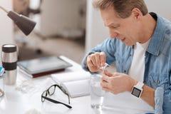 Больной пожилой человек подготавливая медицину Стоковые Изображения RF