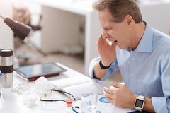 Больной работник офиса пока чихающ Стоковое Изображение