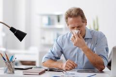 Больной работник офиса дуя его нос Стоковые Фото