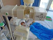 Больной ребенок лежа в больнице с IV Стоковые Фотографии RF