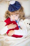 Больной ребенок с лихорадкой и горячей бутылкой с водой Стоковое фото RF