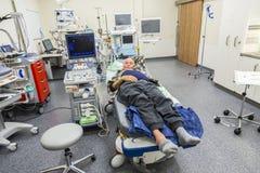 Больной старший лежа в случае опасности комната Стоковое Изображение RF